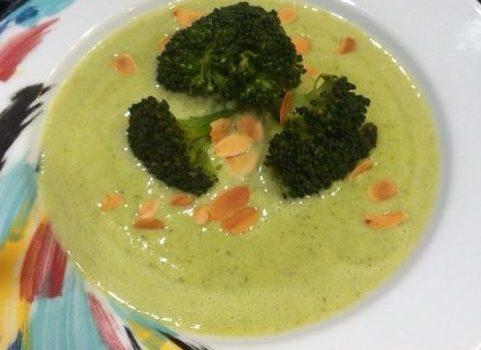 Brokkoli-Suppe mit Schmelzkäse und Mandeln